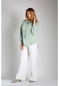 Nommo - Zielona Elegancka Bluzka z Wiązaniem PLUS SIZE. Kolekcja: plus size. Kolor: zielony. Materiał: wiskoza, poliester. Styl: elegancki
