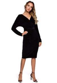 MOE - Czarna Welurowa Sukienka z Zakładanym Dekoltem. Kolor: czarny. Materiał: welur