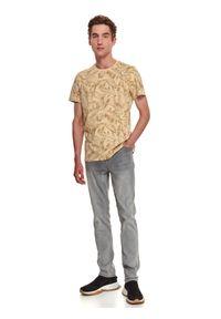 TOP SECRET - T-shirt z nadrukowanym wzorem. Okazja: do pracy. Kolor: beżowy. Materiał: bawełna, tkanina. Długość rękawa: krótki rękaw. Długość: krótkie. Sezon: jesień #7