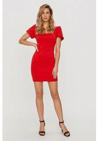 Czerwona sukienka Guess na co dzień, prosta