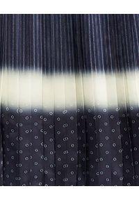 Tory Burch - TORY BURCH - Plisowana spódnica midi. Stan: podwyższony. Kolor: niebieski. Materiał: materiał. Wzór: gładki, prążki. Sezon: jesień. Styl: klasyczny, rockowy