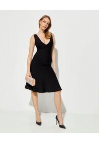 HERVE LEGER - Czarna sukienka midi. Okazja: na wesele, na ślub cywilny, na imprezę. Kolor: czarny. Materiał: materiał. Długość rękawa: na ramiączkach. Styl: klasyczny. Długość: midi