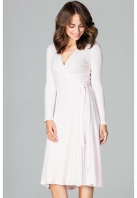 Lenitif - Dzianinowa kopertowa sukienka midi z wiązaniem różowa. Okazja: do pracy, na co dzień. Kolor: różowy. Materiał: dzianina. Wzór: prążki. Typ sukienki: kopertowe. Styl: casual. Długość: midi
