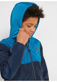 Kurtka przeciwdeszczowa chłopięca z poliestru z recyklingu bonprix ciemnoniebiesko-niebieski atlantycki - niebieski karaibski. Kolor: niebieski. Materiał: poliester. Wzór: aplikacja