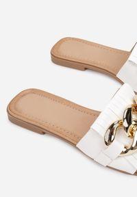 Renee - Białe Klapki Yanaelig. Nosek buta: otwarty. Kolor: biały. Obcas: na obcasie. Wysokość obcasa: niski