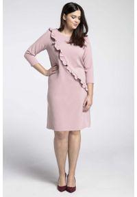 Nommo - Jasnoróżowe Klasyczna Sukienka z Asymetryczną Falbanką PLUS SIZE. Kolekcja: plus size. Kolor: różowy. Materiał: wiskoza, poliester. Typ sukienki: asymetryczne, dla puszystych. Styl: klasyczny