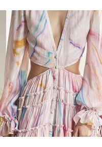 ROCOCO SAND - Różowa sukienka z wycięciem. Kolor: fioletowy, różowy, wielokolorowy. Wzór: aplikacja, kolorowy. Typ sukienki: asymetryczne. Styl: klasyczny. Długość: maxi