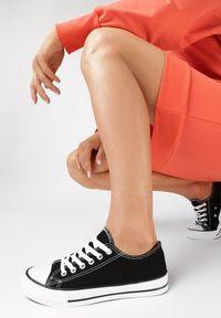 Born2be - Czarne Trampki Qinevera. Okazja: na spacer, na randkę. Wysokość cholewki: przed kostkę. Nosek buta: okrągły. Kolor: czarny. Materiał: jeans, materiał, guma. Szerokość cholewki: normalna. Obcas: na płaskiej podeszwie