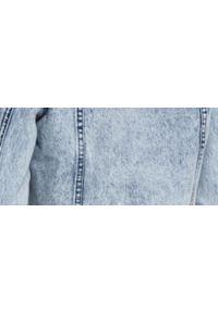 Niebieska kurtka TOP SECRET z długim rękawem, w kolorowe wzory