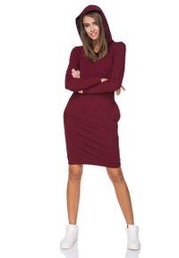 Tessita - Bordowa Sukienka Dresowa z Kolorowym Kapturem. Kolor: czerwony. Materiał: dresówka. Wzór: kolorowy