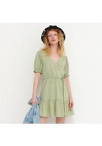 House - Kopertowa sukienka z domieszką lnu - Zielony. Kolor: zielony. Materiał: len. Typ sukienki: kopertowe