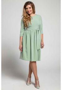 Nommo - Zielona Klasyczna Sukienka z Marszczonym Dołem PLUS SIZE. Kolekcja: plus size. Kolor: zielony. Materiał: poliester, wiskoza. Typ sukienki: dla puszystych. Styl: klasyczny