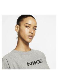 Bluza damska Nike CQ9305. Materiał: materiał. Długość rękawa: raglanowy rękaw. Technologia: Dri-Fit (Nike). Długość: krótkie. Wzór: nadruk. Sport: fitness