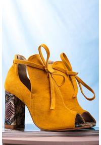 Żółte botki Casu z otwartym noskiem, na wiosnę