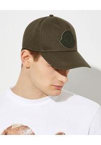 MONCLER - Zielona czapka z daszkiem. Kolor: zielony. Materiał: guma, bawełna. Wzór: aplikacja. Sezon: wiosna. Styl: casual