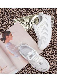 Białe buty sportowe N/M na obcasie, na średnim obcasie, na co dzień