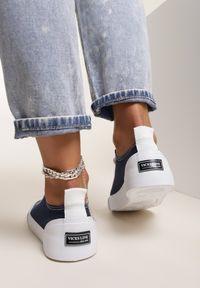 Renee - Granatowe Trampki Rhethiphei. Nosek buta: okrągły. Kolor: niebieski. Materiał: jeans, materiał, guma. Szerokość cholewki: normalna. Wzór: aplikacja, kolorowy