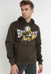 Born2be - Ciemnobrązowa Bluza Atheed. Typ kołnierza: kaptur. Kolor: brązowy. Materiał: jeans, dresówka, dzianina. Długość rękawa: długi rękaw. Długość: długie. Wzór: nadruk