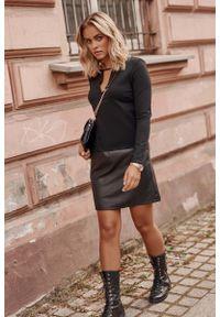 Makadamia - Czarna Krótka Sukienka z Eko-skórą. Kolor: czarny. Materiał: skóra. Długość: mini
