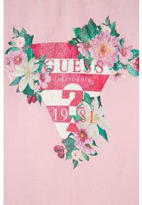 Różowy t-shirt Guess z nadrukiem