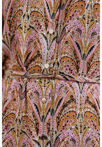 Marie Zélie - Sukienka Lila Intya różowa. Typ kołnierza: dekolt w kształcie V. Kolor: różowy. Materiał: tkanina, wiskoza. Typ sukienki: proste. Styl: elegancki