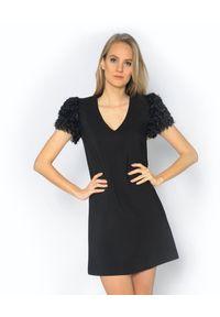 CRISTINAEFFE - Sukienka mini z ozdobnymi rękawami. Kolor: czarny. Materiał: futro, materiał. Typ sukienki: dopasowane, rozkloszowane. Styl: klasyczny. Długość: mini
