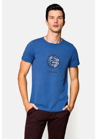 Lancerto - Koszulka Niebieska Davis. Okazja: na co dzień. Kolor: niebieski. Materiał: bawełna, jeans, materiał, elastan. Wzór: nadruk. Sezon: lato, wiosna. Styl: klasyczny, casual