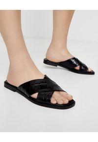KENNEL&SCHMENGER - Czarne klapki z naturalnej skóry. Kolor: czarny. Materiał: skóra. Wzór: paski. Styl: klasyczny