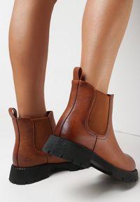 Born2be - Camelowe Botki Athelanie. Nosek buta: okrągły. Zapięcie: bez zapięcia. Materiał: tworzywo sztuczne, guma. Wzór: aplikacja. Sezon: jesień, zima. Obcas: na płaskiej podeszwie