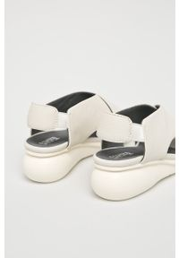 Beżowe sandały Camper na koturnie, na średnim obcasie