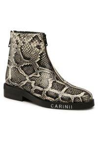 Carinii - Botki CARINII - B5576 P44-000-000-E00. Kolor: beżowy. Materiał: skóra. Szerokość cholewki: normalna. Sezon: zima, jesień. Obcas: na obcasie. Wysokość obcasa: średni