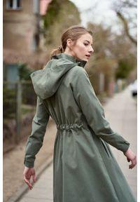 Marie Zélie - Parka Linda bawełna z elastanem oliwkowa. Kolor: oliwkowy. Materiał: bawełna, elastan. Długość: długie. Sezon: lato