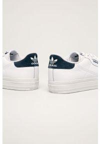 Białe sneakersy adidas Originals na sznurówki, z okrągłym noskiem, z cholewką