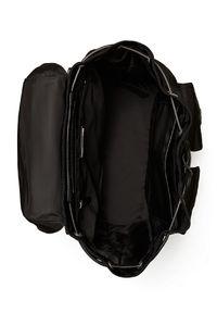 Tory Burch - TORY BURCH - Czarny plecak z klapą Virginia. Kolor: czarny. Materiał: tkanina, materiał. Wzór: paski