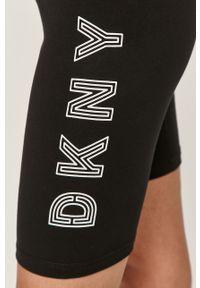 Czarne szorty DKNY z podwyższonym stanem, z nadrukiem