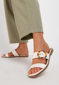 Renee - Białe Klapki Raidanea. Kolor: biały. Materiał: jeans. Obcas: na płaskiej podeszwie. Styl: elegancki