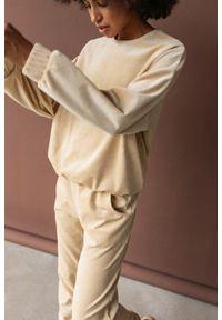 Marsala - Gładka bluza wykonana z weluru w kolorze JASNOBEŻOWYM - CORBY VELVET BY MARSALA. Kolor: beżowy. Materiał: welur. Wzór: gładki