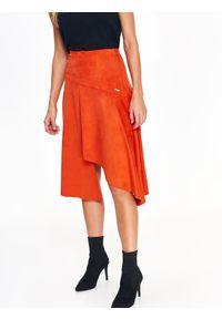 TOP SECRET - Pomarańczowa spódnica z imitacji zamszu w modnym fasonie. Okazja: na co dzień. Stan: podwyższony. Kolor: pomarańczowy. Materiał: zamsz. Długość: długie. Sezon: jesień, zima. Styl: casual, elegancki