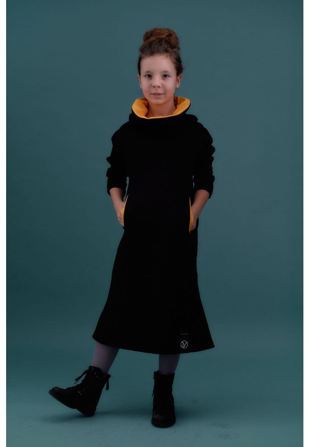 Czarna sukienka Hultaj Polski z podwójnym kołnierzykiem, w kolorowe wzory