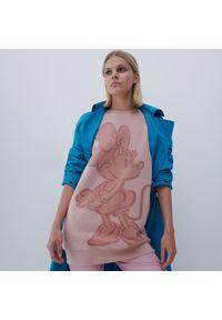 Reserved - Długa bluza z motywem Myszki Minnie - Różowy. Kolor: różowy. Długość: długie. Wzór: motyw z bajki