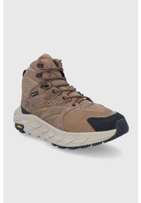 Hoka One One - Buty. Nosek buta: okrągły. Zapięcie: sznurówki. Kolor: brązowy. Materiał: materiał. Szerokość cholewki: normalna. Technologia: Gore-Tex