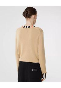 Burberry - BURBERRY - Beżowy sweter z kaszmiru. Kolor: beżowy. Materiał: kaszmir. Wzór: aplikacja. Sezon: jesień