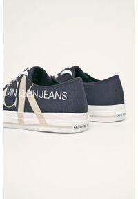 Niebieskie niskie trampki Calvin Klein Jeans na sznurówki, z okrągłym noskiem