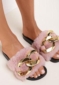 Renee - Jasnoróżowe Klapki Alual. Nosek buta: otwarty. Kolor: różowy. Materiał: futro, materiał, guma. Styl: klasyczny