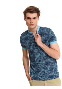 Niebieski t-shirt TOP SECRET na lato, w kolorowe wzory, ze stójką, krótki
