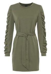 Sukienka dresowa z paskiem bonprix oliwkowy. Kolor: zielony. Materiał: dresówka