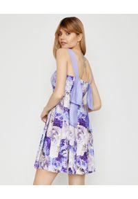 Elisabetta Franchi - ELISABETTA FRANCHI - Lawendowa mini sukienka w kwiatowy wzór. Kolor: niebieski. Materiał: bawełna, koronka. Długość rękawa: na ramiączkach. Wzór: kwiaty. Sezon: lato, wiosna. Długość: mini