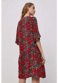 Jacqueline de Yong - Sukienka. Kolor: czerwony. Materiał: tkanina. Długość rękawa: krótki rękaw. Typ sukienki: rozkloszowane