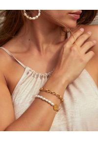 MOKOBELLE - Bransoletka z pereł i łańcucha z medalikiem Mokobelle. Materiał: pozłacane, złote. Kolor: biały. Wzór: aplikacja. Kamień szlachetny: perła