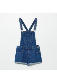 Cropp - Jeansowe ogrodniczki - Niebieski. Kolor: niebieski. Materiał: jeans
